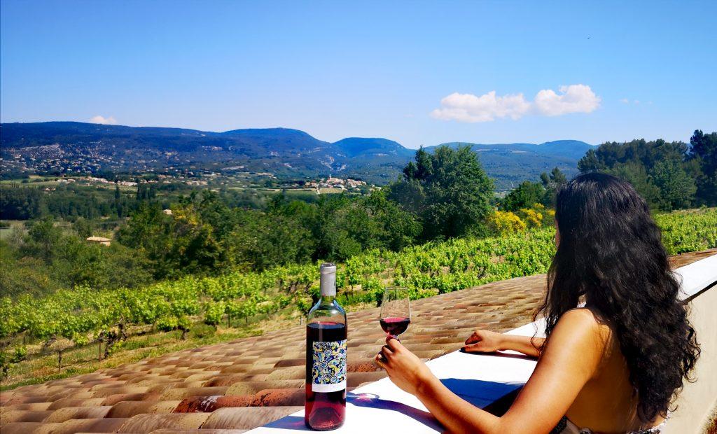 Un petit verre avec une vue sur les monts vaucluse