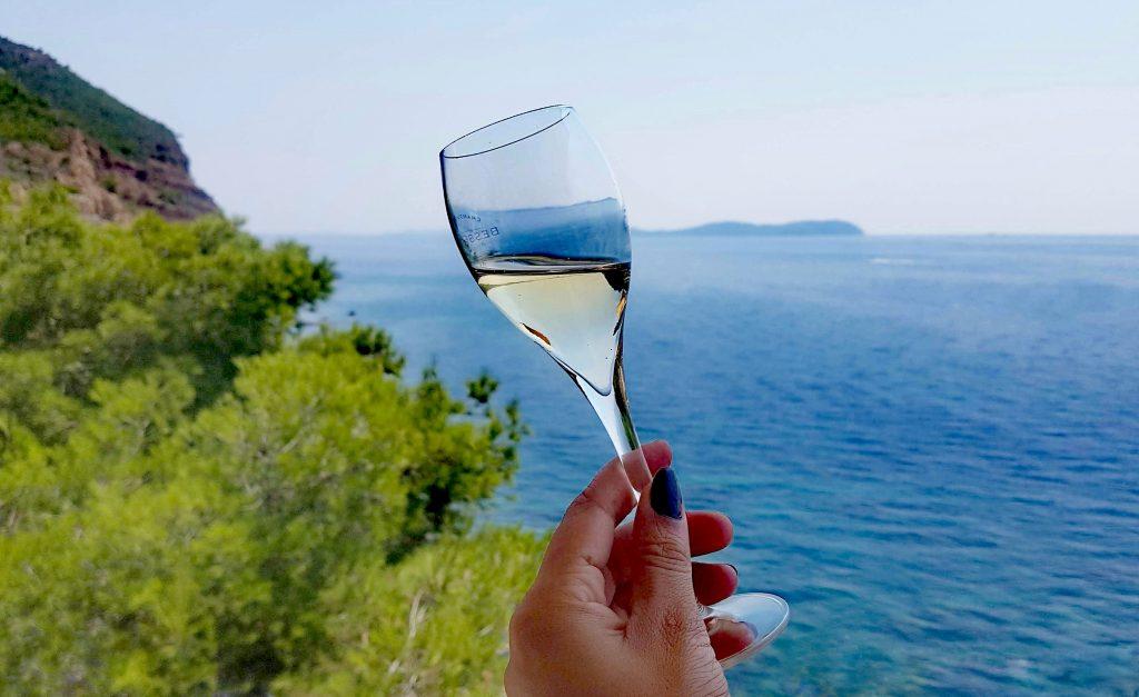 Verre de champagne avec vue sur la mer méditerrannée