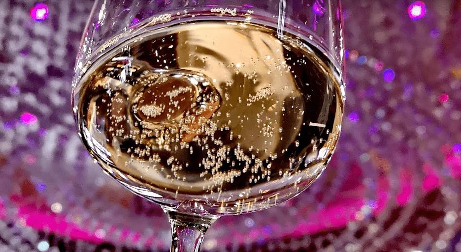 Les bulles de champagne dans un restaurant parisien
