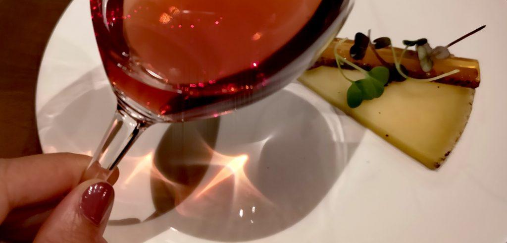 Rosé des Riceys associé à une Tomme de Brebis de la Vallée d'Aspe relevée d'un condiment au poivre Timut du Népal par le chef Thibault Loubersanes au restaurant Affinité