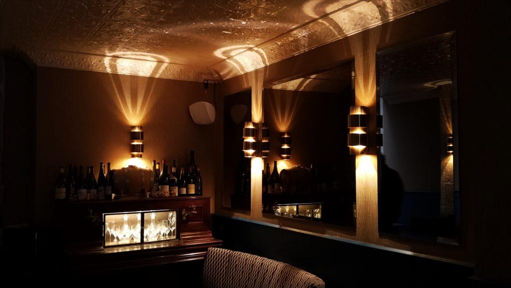 La déco de la Compagnie des vins surnaturels, cave à manger du 6eme arrondissement de Paris