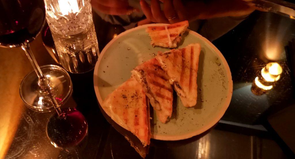 L'assiette de Croque Mozza à l'huile de truffe de la compagnie des vins surnaturels