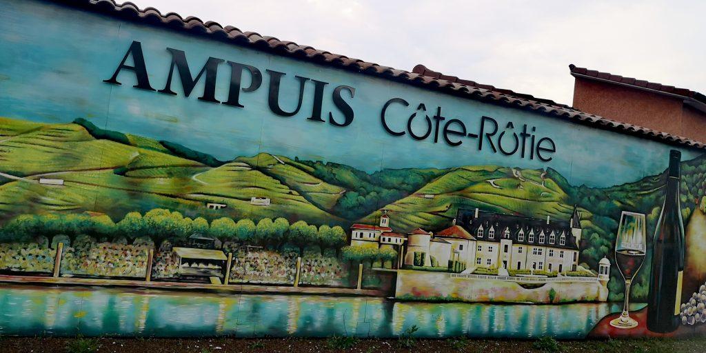 La panneau à l'entrée d'Ampuis, l'empreinte vigneronne est perceptible. Admirez le Château d'appuis, aujourd'hui propriété de la maison Guigal