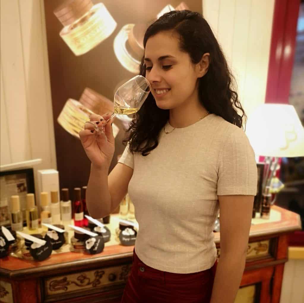 En plein exercice olfactif d'un vin du jura au sein de la Bulle à Parfums de Tiphaine (arbonnay, arbois)