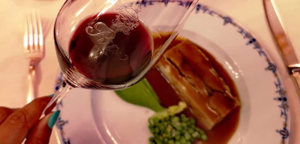 Vin rouge de l'Hermitage et viande parfaitement cuisinée au Ritz, un délice dont il faudrait se priver pour le Dry January